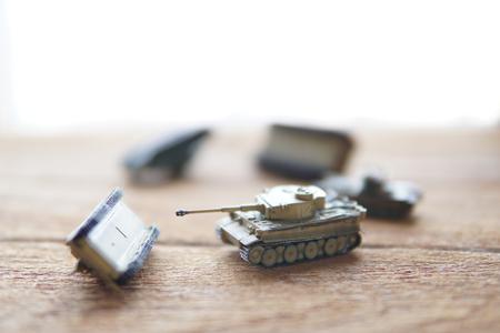 batallón: Viejos tanques de juguete sobre fondo de madera.La batalla. Foto de archivo