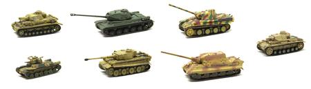 batallón: Viejos tanques de juguete aislados sobre fondo blanco.
