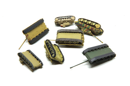 batallón: Choque de tanques de juguete viejos aislados sobre fondo blanco. Guerra Foto de archivo