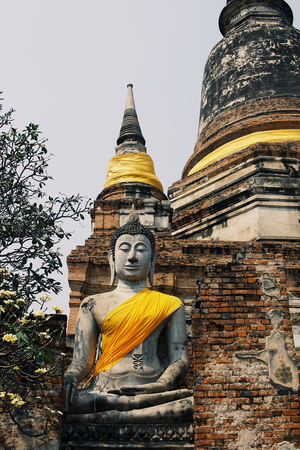 Ancient Buddha statues placed on brick walls in Thai temples. Foto de archivo - 119058855