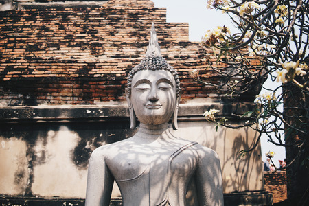 Ancient Buddha statues placed on brick walls in Thai temples. Foto de archivo - 119058856