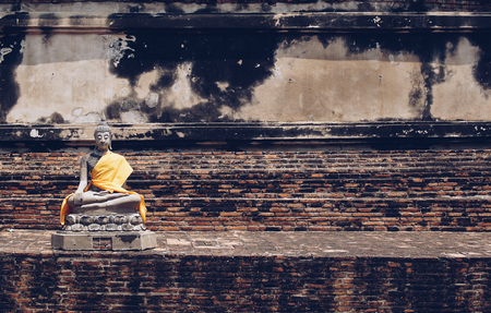 Ancient Buddha statues placed on brick walls in Thai temples. Foto de archivo - 122374896