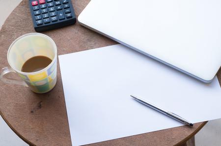 carta e penna: Notebook, Blank paper, Pen, Coffee cup and Calculator on desk