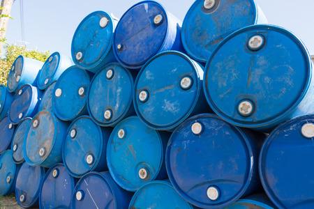 barril de petróleo: barriles de petróleo azules