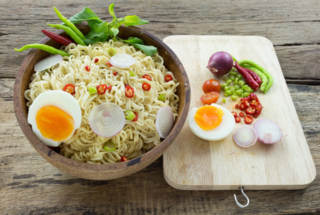 cooked instant noodle: instant noodles on wooden