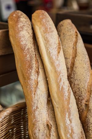 Baguette de pain français dans des paniers à vendre Banque d'images