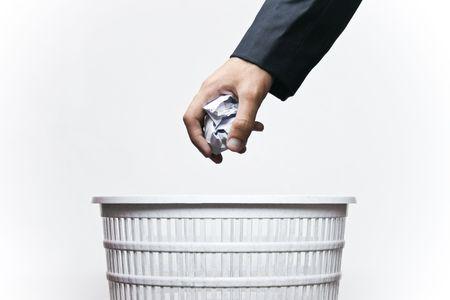 Un homme jeter les déchets dans une poubelle isolée avec fond blanc.