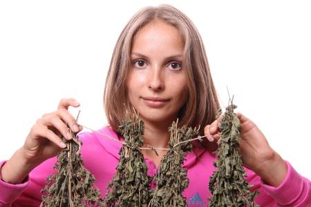 herbolaria: mujer joven con las plantas medicinales, aislado