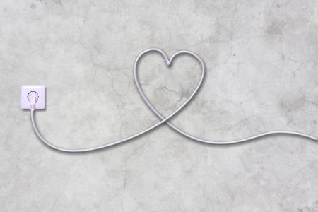 presa di corrente e filo sul muro in cemento