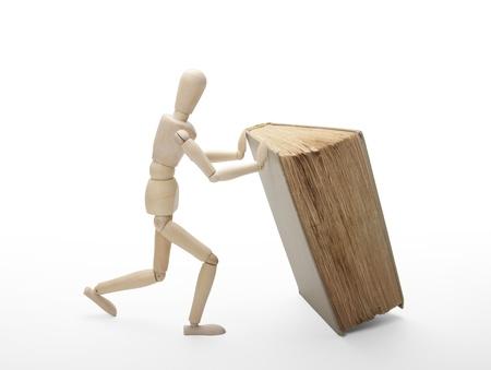 Wooden Mensch und Buch Standard-Bild