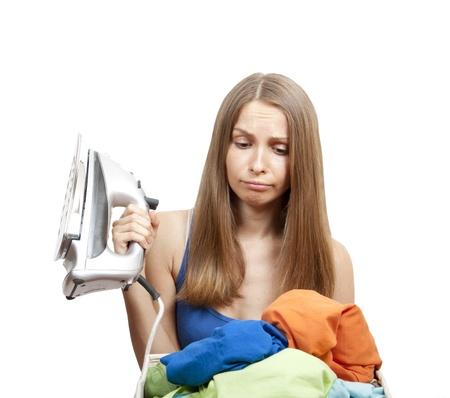 donna con lavanderia e ferro da stiro