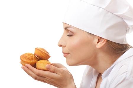 Frau Koch hält Kuchen Standard-Bild