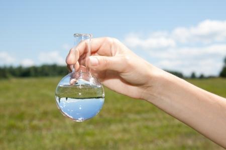 Purezza Acqua di prova, liquido in vetreria di laboratorio