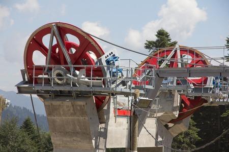 carrucole: Seggiovia pulegge meccanici in localit� sciistica Editoriali