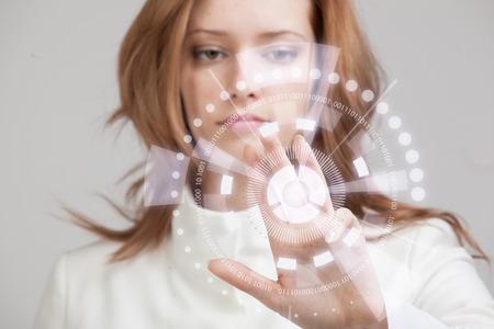Toekomstige technologie. Touch-toets interface. Vrouw die met futuristische interface werkt Stockfoto - 43871261