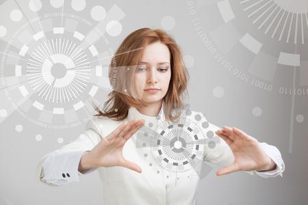 미래 기술입니다. 버튼 인터페이스를 터치합니다. 미래 지향적 인 인터페이스로 작동하는 여자