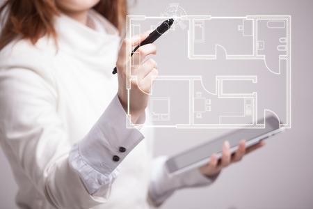 arquitecto: Arquitecto mujer joven que trabaja con un plan de apartamentos virtuales