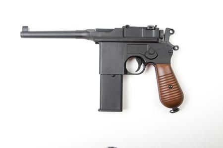 pistola: Arma aislado en el fondo blanco