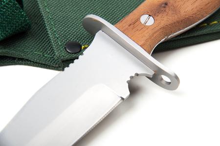 scheide: Jagdmesser mit Holzgriff und Scheide, isoliert auf weißem Hintergrund