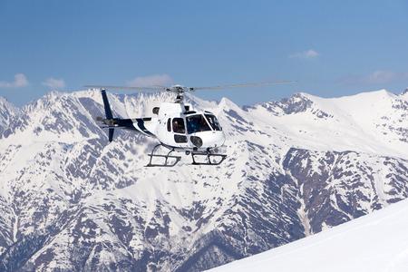montañas nevadas: Helicóptero de rescate blanco en las montañas nevadas