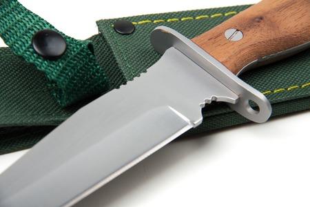 scheide: Jagdmesser mit Holzgriff und Scheide, isoliert auf wei�em Hintergrund