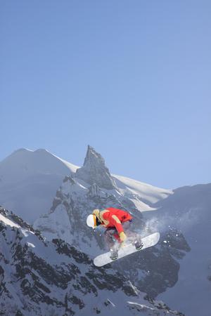gente saltando: snowboarder vuelo en las monta�as. deporte de invierno extrema.