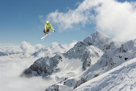Fliegende Skifahrer auf die Berge. Extreme Wintersport. Standard-Bild