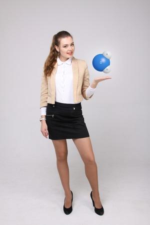 water molecule: Cient�fico de la mujer joven con el modelo de la mol�cula de agua, sobre fondo gris.