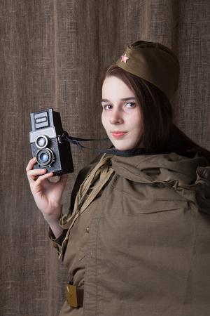 seconda guerra mondiale: Giovane donna in uniforme militare russo. corrispondente di guerra femmina durante la seconda guerra mondiale.