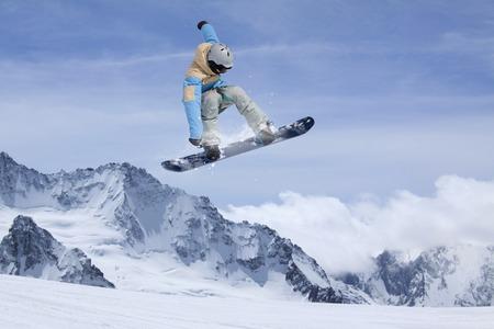 Snowboard rider springen op de winter bergen. Extreme snowboard freeride sport.