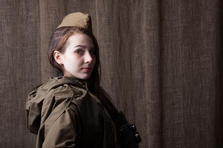 seconda guerra mondiale: Giovane donna in uniforme militare russo. Soldato femminile durante la seconda guerra mondiale. Archivio Fotografico