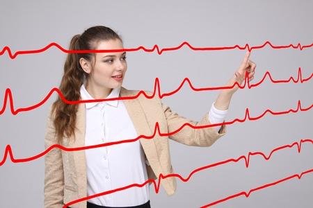 elettrocardiogramma: Medico della giovane donna che lavora con il cardiogramma. linee elettrocardiogramma in aria