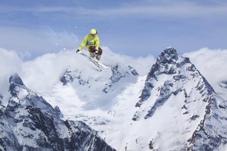 Ski rider springen op besneeuwde bergen. Extreme ski freeride sport.