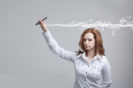 Jonge vrouw die magisch effect maakt - flitsbliksem. Het concept van copywriting of schrijven.