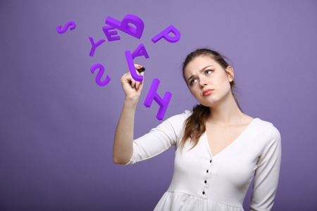 젊은 여자는 편지의 집합 작업 개념을 작성합니다.