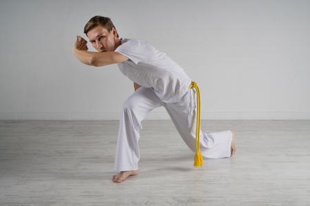 acrobatics: Hombre practicando capoeira joven (arte marcial brasile�o con elementos de danza, acrobacias y m�sica).