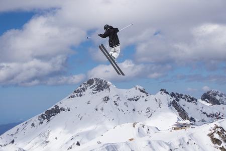 겨울 눈 덮인 산에 스키 점프입니다. 익스 트림 스키 freeride 스포츠. 스톡 콘텐츠