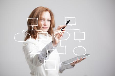 Zakenvrouw tekening stroomschema, business process concept op een grijze achtergrond. Stockfoto