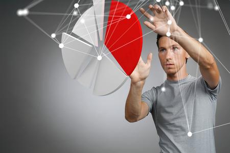 De man toont een taartdiagram, cirkeldiagram. Business analytics concept.