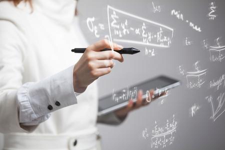 Kobieta naukowiec lub student pracuj? Cy z ró? Nych klas matematyki i nauki formu ?. Zdjęcie Seryjne