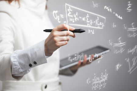 Vrouw wetenschapper of student die werkt met verschillende middelbare school wiskunde en wetenschap formule.