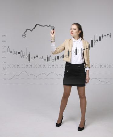 금융 데이터 개념입니다. Analytics와 함께 작동하는 여자. 디지털 화면에 일본어 양초로 차트 그래프 정보를 표시합니다.