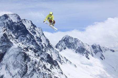 Skieur sauter dans les montagnes. Sport de ski extrême. Trajet gratuit. Banque d'images - 93284466