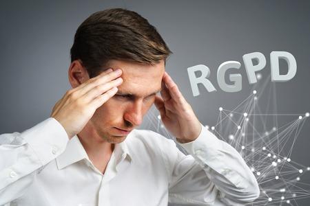 RGPD, spanische, französische und italienische Fassung der DSGVO: Reglamento General de Proteccion de datos. Datenschutz-Grundverordnung. Junger Mann, der mit Informationen arbeitet.