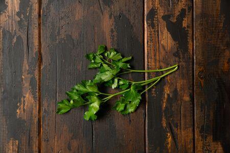 Mazzo di prezzemolo verde sulla tavola rustica di legno. Vista dall'alto.