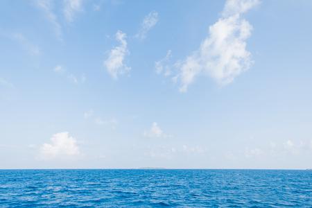 Kalme zee en blauwe hemelachtergrond op de Malediven