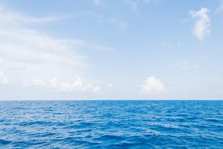 Mar en calma y fondo de cielo azul en Maldivas