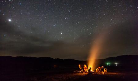 별 산에서 밤 캠핑 스톡 콘텐츠