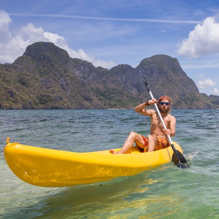 ocean kayak: Los j�venes remo en kayak en las Filipinas