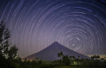mayon: Stars leave tracks Volkano Mayon in the Philippines